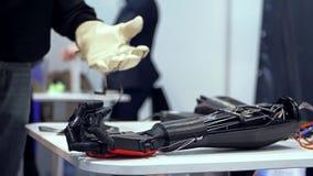 Braccio bionico nell'azione archivi video