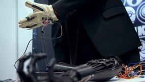 Braccio bionico nell'azione stock footage