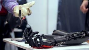 Braccio bionico nell'azione video d archivio