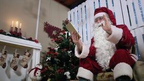 Braccio & conversazione di Santa With Digital Tablet Swing su stanza archivi video