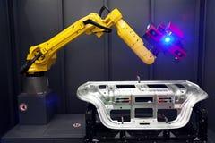Braccio del robot con l'analizzatore 3D Esame automatizzato fotografia stock libera da diritti
