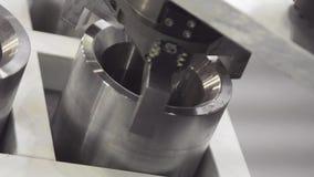 Braccio del robot industriale in fabbrica Il braccio robot muove i dettagli del metallo nella fabbrica stock footage
