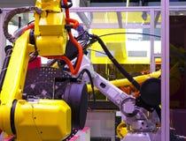 Braccio del robot nel processo metallurgico della macchina utensile per la fabbricazione di industria, lavorare del metallo di CN immagine stock libera da diritti