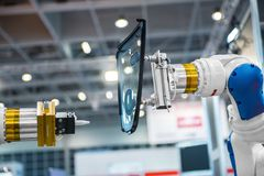 Braccio del robot in una fabbrica Fotografia Stock Libera da Diritti