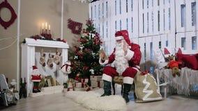 Braccio dell'oscillazione di Santa Talking His Digital Tablet, stanza video d archivio