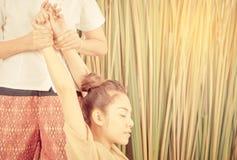 Braccio della donna nella posizione tailandese di allungamento di massaggio Fotografie Stock