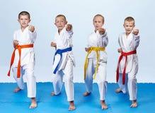In braccio della perforazione del battito degli atleti di karategi quattro fotografia stock libera da diritti