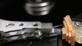 Braccio di azionatore del disco rigido che tenta di accedere ai dati archivi video