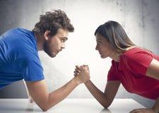 Braccio di ferro fra una coppia Fotografia Stock Libera da Diritti