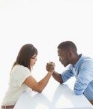 Braccio di ferro irritato delle coppie di affari allo scrittorio Fotografia Stock