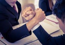 Braccio di ferro nella riunione per il concetto competitivo di affari Fotografia Stock Libera da Diritti