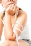 Braccio femminile con la misura di nastro Fotografia Stock Libera da Diritti