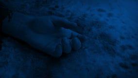 Braccio sanguinoso sulla neve alla notte video d archivio