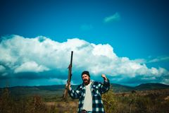 Bracconiere con il fucile che macchia alcuni cervi Bracconiere cercante illegale nella foresta immagini stock libere da diritti