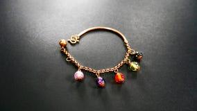 Bracelet à chaînes d'or avec les perles colorées Image stock
