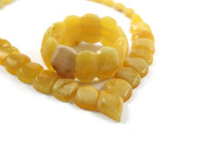 Bracelet ambre baltique sur le fond blanc Photo stock