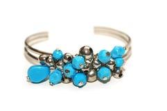 Bracelet avec les pierres bleues d'isolement sur le blanc Images libres de droits