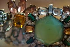 Bracelet avec macro le tir orange vert et pâle de pierres bleues photos stock