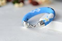 Bracelet bleu avec l'image des chats noirs et blancs Photos libres de droits