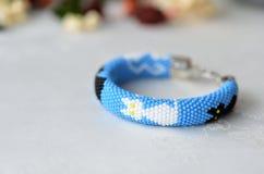 Bracelet bleu avec l'image des chats noirs et blancs Photo libre de droits