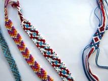 Bracelet coloré d'amitié de fil tissé par bracelet Photos libres de droits