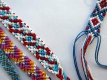 Bracelet coloré d'amitié de fil tissé par bracelet Photographie stock libre de droits