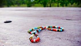 Bracelet coloré sur le bois Photographie stock