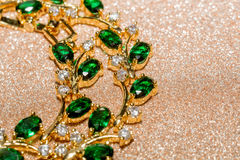 Bracelet d'or avec l'émeraude Photos libres de droits