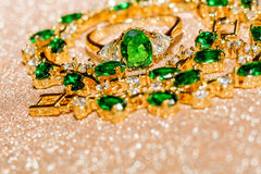 Bracelet d'or avec l'émeraude Photos stock