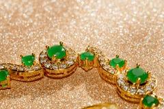 Bracelet d'or avec l'émeraude Images libres de droits