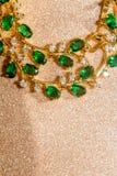 Bracelet d'or avec l'émeraude Photographie stock libre de droits