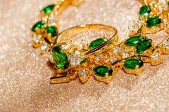 Bracelet d'or avec l'émeraude Image stock