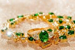 Bracelet d'or avec l'émeraude Image libre de droits
