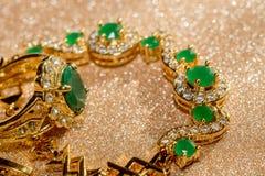 Bracelet d'or avec l'émeraude Photo stock