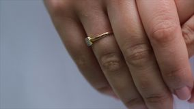 Bracelet de bijoutier sur la main du ` s de jeune mariée Mains du ` s de jeune mariée avec l'anneau mariage Jour du mariage Brace Photos stock