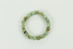 Bracelet de jade d'isolement sur un fond blanc Photographie stock libre de droits