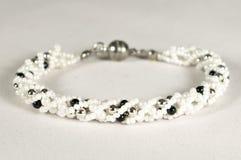 Bracelet de perle dans le blanc - noir images stock