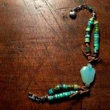 Bracelet de turquoise sur le dessus de table en bois antique Photo libre de droits
