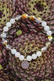 Bracelet de yoga avec les perles naturelles photo stock