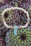 Bracelet de yoga avec les perles naturelles photographie stock libre de droits