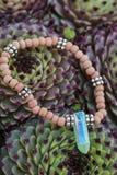 Bracelet de yoga avec les perles naturelles images libres de droits