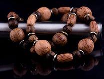 Bracelet en bois sur le noir Photographie stock