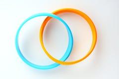 Bracelet en caoutchouc jaune et bleu-clair. Photographie stock libre de droits