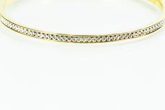 Bracelet en cristal d'or de femmes sur le fond blanc Image libre de droits
