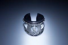 Bracelet en cuir avec le diamant et les chaînes Photographie stock libre de droits
