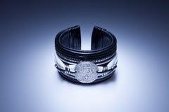 Bracelet en cuir avec le pendant en métal photo libre de droits