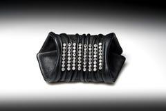 Bracelet en cuir large pour des femmes avec des diamants Photo libre de droits