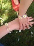 Bracelet et amitié de marguerite Photos libres de droits