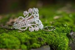 Bracelet et anneau se trouvant sur la mousse images stock