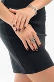 Bracelet et bague argentés sur le modèle de femme Photos stock